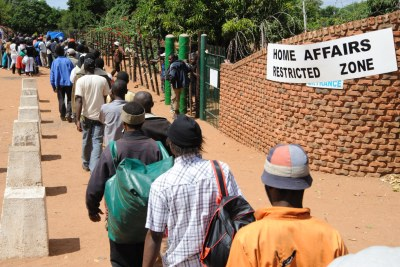 Zimbabwe asylum seekers queue outsdie the home affairs (file photo).