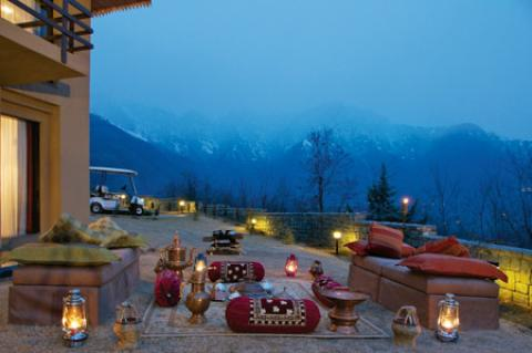 Vivanta by Taj Hotel - A Royal Place to Stay During Srinagar Tour