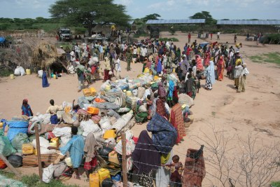 [Kenya] Les réfugiés attendent avec leurs effets personnels pour être récupérés avant leur transfert vers les camps de Dadaab, centre de réception de Liboi, le long de la frontière Kenya-Somalie dans la région reculée de l'est du pays, 28 novembre 2006. Le Haut-Commissariat des Nations Unies pour les réfugiés a dépêché une équipe pour transporter 400 réfugiés de Liboi à Dadaab.