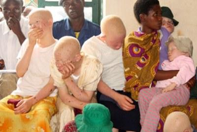 Photo d'archives - Kazungu Kassim, à droite, à la tête d'une association de défense des albinos, lors d'un procès au Burundi.