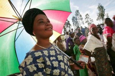 Une congolaise entrain d'aller voter.
