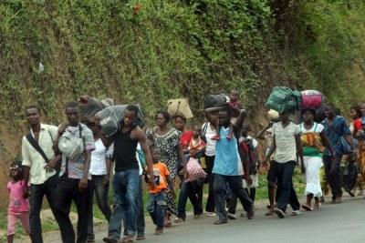 Des populations fuyant les attaques .
