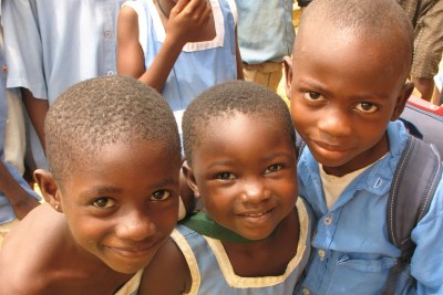 des enfants camerounais qui attendent un repas à l'école