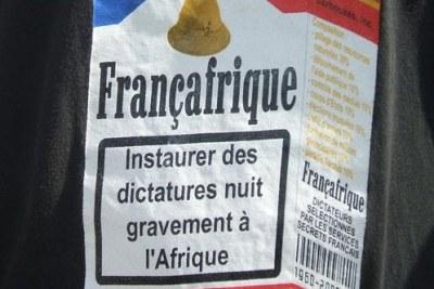 Une représentation des relations Françafrique sur un paquet de cigarettes.