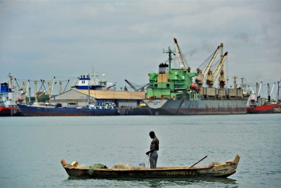 Un pêcheur au port de Lomé