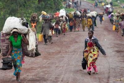 Des réfugiés congolais qui, après des kilomètres de marche, se sont vus refusés l'accès de l'Angola