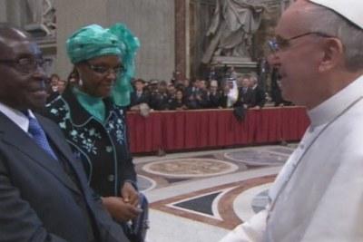 Le President Robert Mugabé et son épouse Grace avec le Pape François à Rome