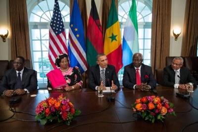Barack Obama en compagnie du président sénégalais Macky Sall, du Sierra-Léonais Ernest Bai Koroma, de la présidente du Malawi Joyce Banda et du Premier ministre cap-verdien José Maria Pereira Neves.