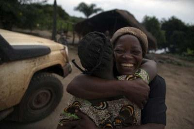 Soeur Angélique Namaika étreint Rose, l'une des jeunes filles qu'elle a aidée. Elle est convaincue que toutes les femmes doivent bénéficier d'une éducation.