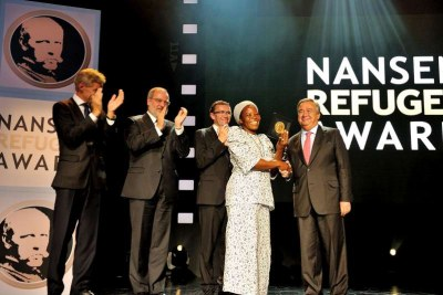 Sister Angélique Namaika holds the Nansen Medal with High Commissioner António Guterres to her left.