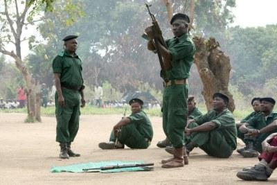 Des soldats de la Renamo qui s'entraînent.