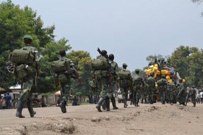 Des soldats des FARDC se retirent des forces spéciales entre la RDC et la Rwanda pour traquer les FDLR à Rutshuru au Nord-Kivu.