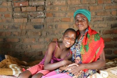 Une femme séropositive et sa petite-fille à Makuzeze au Malawi.