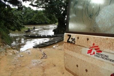MSF livrant des médicaments par voie maritime à cause des restrictions à la frontière.