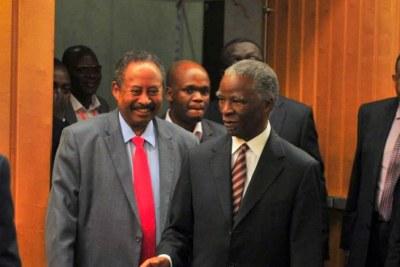 L'ancien président sud-africain Thabo Mbeki , président du Groupe de haut niveau sur les flux financiers illicites , et Abdalla Hamdok, Secrétaire exécutif adjoint de la Commission économique des Nations Unies pour l'Afrique (CEA ).