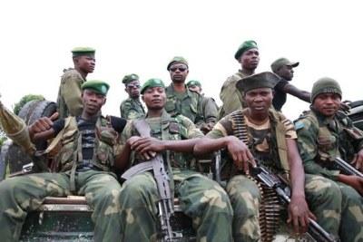 3 décembre 2014. Beni, Nord Kivu, RD Congo : Des soldats des Forces armées de la RD Congo en patrouille pour sécuriser la ville contre les attaques des groupes armés