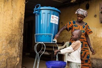 Une famille à Conakry, en Guinée, dont un membre a été infectée par le virus Ebola, a reçu des seaux et du chlore et une formation sur comment se laver les mains correctement à la maison (janvier 2015).