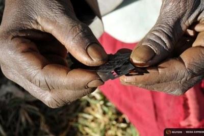 (Photo d'archives) - Des lames généralement utilisées pour mutiler les jeunes filles dans certains foyers traditionnels.