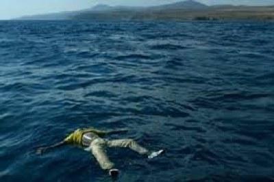 (Photo d'archives) - Le corps d'un migrant africain flottant au large de la mer méditerranée.
