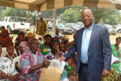 Le maire remettant un échantillon des dons pour les lépreux lépreux au chef du village.