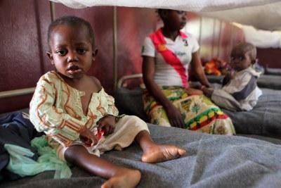 Un enfant dans un centre de malnutrition