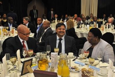 Président Jacob Zuma , Atul Gupta et Eastern Cape Premier Noxolo Kieviet partageant un repas à  Port Elizabeth.