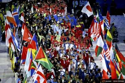 Les athlètes participant à la cérémonie de clôture des Jeux Olympiques Rio 2016.