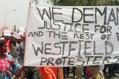 Des partisans de l'opposition manifestent le 16 avril 2016 à Banjul, capitale de la Gambie, à la suite de la mort en détention du membre de l'opposition Solo Sandeng. Les forces de sécurité gambiennes ont dispersé la manifestation et arrêté plus de 20 manifestants, dont le leader de l'opposition Ousainou Darboe.