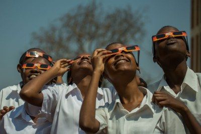 Les étudiants de l'école internationale St Paul voient un événement céleste majeur, l'éclipse solaire.
