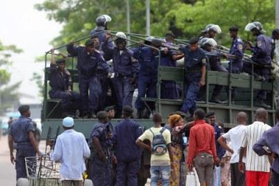 Des proches des personnes interpelés négocient avec la police le 23/12/2011 à Kinshasa, lors d'une manifestation relative à la prestation de serment d'Etienne Tshisekedi