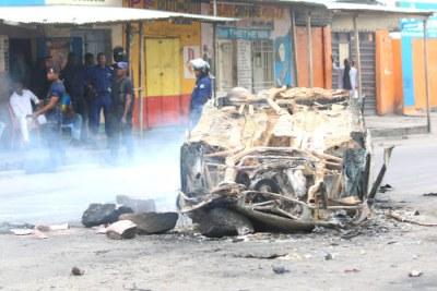 A burnt vehicle in Kinshasa (file photo).