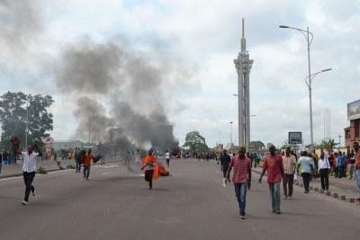 Archive - Des manifestants sur l'échangeur routier de Limete, à Kinshasa, la capitale de la RDC