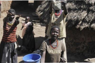 Citoyens ougandais frappés par la pauvreté.