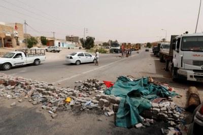 Des manifestants bloquent une route fréquemment utilisée par les compagnies pétrolières dans la région de Tataouine, en mai 2017.