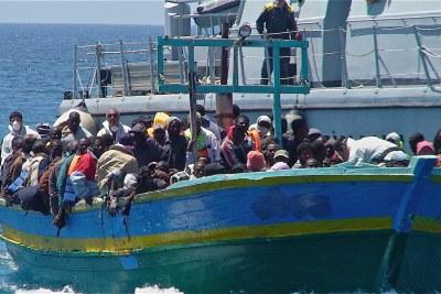 Des réfugiés débarquent sur l'île de Lampedusa en Italie.
