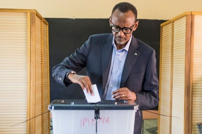 President Kagame and RPF-Inkotanyi flag bearer casts his vote at APE Rugunga school in Nyarugenge.