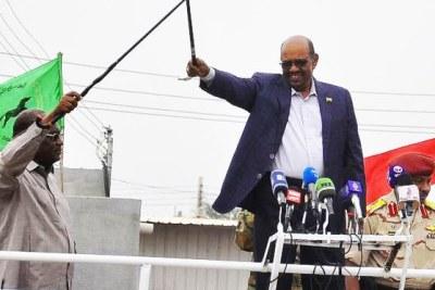 Al-Bashir prend la parole lors d'un rassemblement public à Nyala
