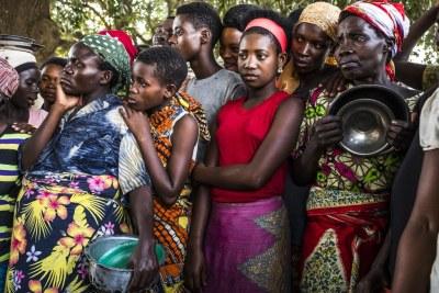 Les réfugiés continuent d'arriver en République démocratique du Congo. Un groupe de femmes burundaises attendent que des denrées alimentaires soient distribuées au centre de transit de Kamvivira.