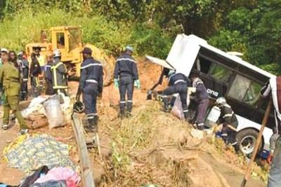 Un car de transport clandestin aux freins défaillants à échoué dans un ravin dans la nuit de samedi.