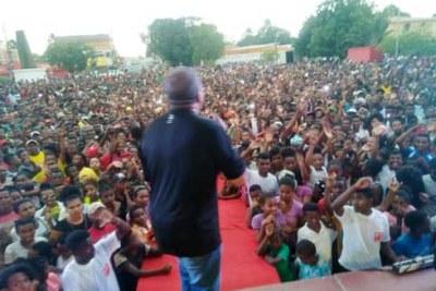 Roland Ratsiraka face à une foule en liesse à Diégo.
