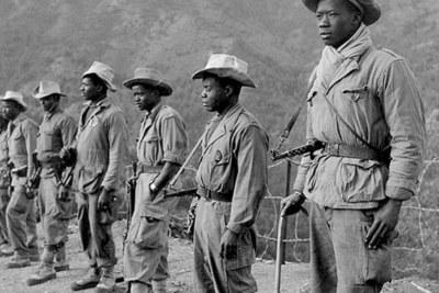Algérie. 1956. Poste Al-Frah (région d'Alger). Avant le départ en patrouille, une section de la 7e compagnie du 2/13e régiment de tirailleurs sénégalais.