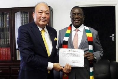 Chinese billionaire Li Jinyuan and Zimbabwe's President Emmerson Mnangagwa.