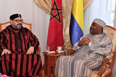 La photo officielle diffusée par Rabat montre le roi du Maroc Mohammed VI (G) et le président gabonais Ali Bongo, à l'hôpital militaire de la capitale marocaine.