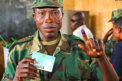 Un militaire vient d'accomplir son devoir civique