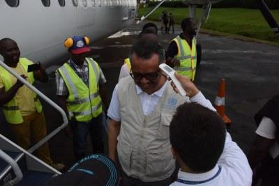 En novembre 2018, le responsable de l'Organisation mondiale de la santé (OMS), Tedros Ghebreyesus, fait vérifier sa température lors d'une visite à Beni, dans la province du Nord-Kivu, en République démocratique du Congo.