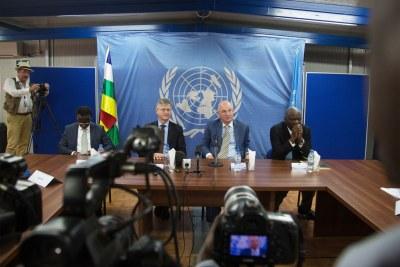 Jean Pierre Lacroix, Chef des Opérations de paix des Nations Unies, et Smail Chergui, Commissaire à la paix et à la sécurité de l'UA (à gauche et à droite) lors de la conférence de presse de fin de visite en République centrafricaine.