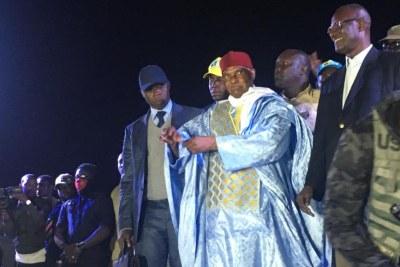 Abdoulaye Wade arrive sur scène au siège du Parti démocratique sénégalais, à Dakar, le 7 février 2019.