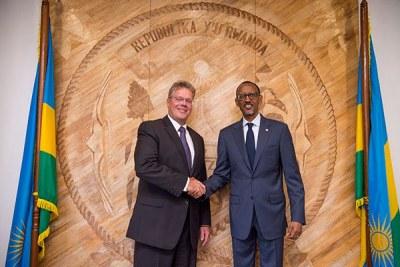 Photo d'archives : l'ancien ambassadeur allemand au Rwanda, Peter Woeste serrant la main du président Kagame.