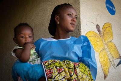 Jemima, une survivante d'Ebola, prend soin de Joshua, âgé de 6 mois, dans une crèche soutenue par l'UNICEF à Beni, dans l'est de la RDC.