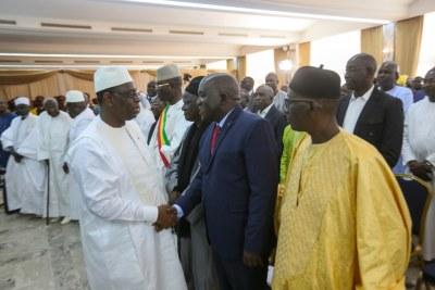 Le président Macky Sall serrant les mains d'opposants à l'ouverture du dialogue national au Sénégal, le mardi 28 mai 2019 à Dakar